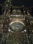 Vue partielle de la cathédrale strasbourgeoise. Au centre de la photographie on voit la fameuse rosette multicolore. Photo prise de nuit.